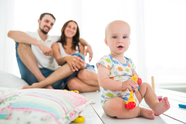 Lindo bebé de seis meses jugando con juguetes