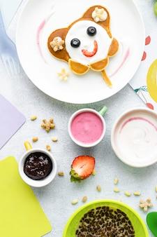 Lindo desayuno, panqueques para niños y cereal de chocolate.