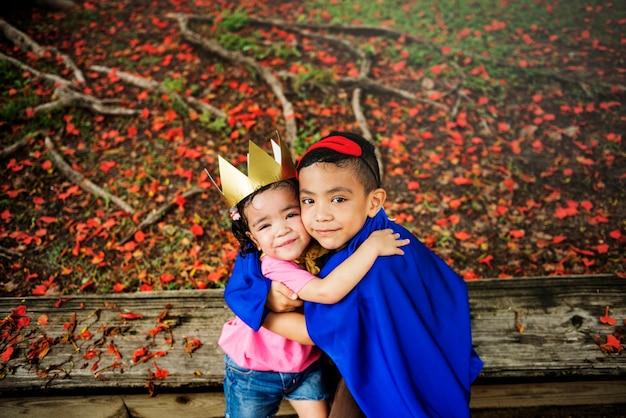 Lindo hermano y hermana jugando juntos