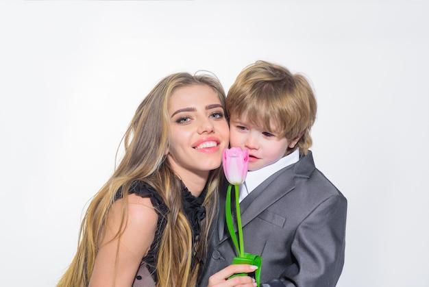 Lindo hijo felicita a la madre por el cumpleaños, el hermano le da a la hermana la celebración de la flor del tulipán el día de la mujer