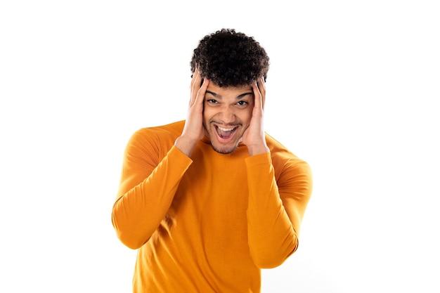 Lindo hombre afroamericano con peinado afro con una camiseta naranja aislada