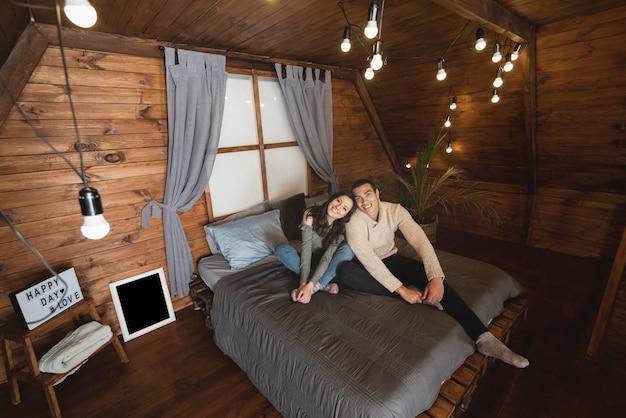 Lindo hombre y mujer juntos en la cama