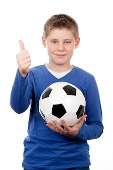 Lindo joven sosteniendo una pelota de fútbol