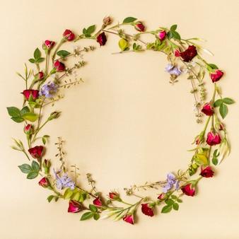Lindo marco hecho de rosas rojas