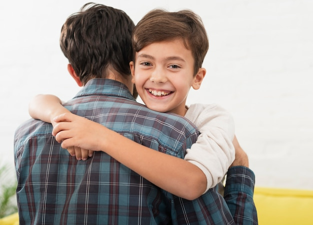 Lindo niño abrazando a su padre