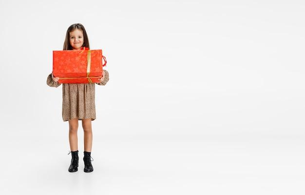 Lindo niño caucásico con caja de regalo aislado en blanco