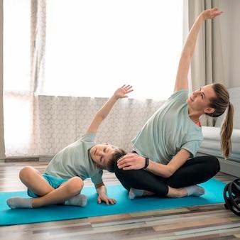 Lindo niño entrenando junto con madre
