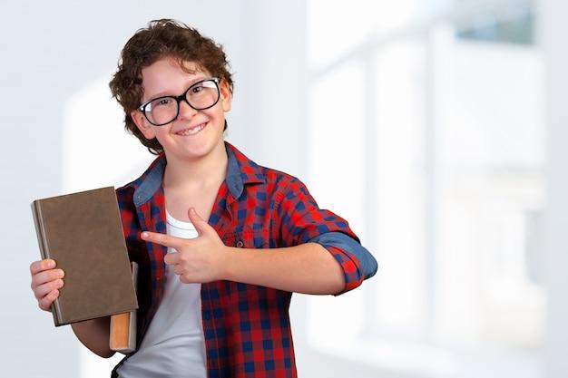 Lindo niño de escuela primaria con libro