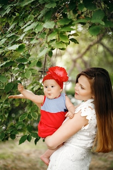 Lindo niño feliz con madre