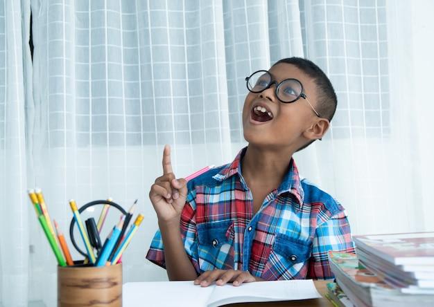 Lindo niño feliz teniendo una idea