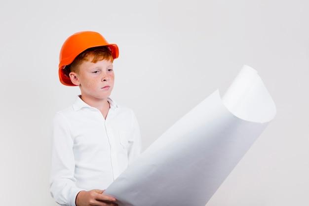Lindo niño haciéndose pasar por un trabajador