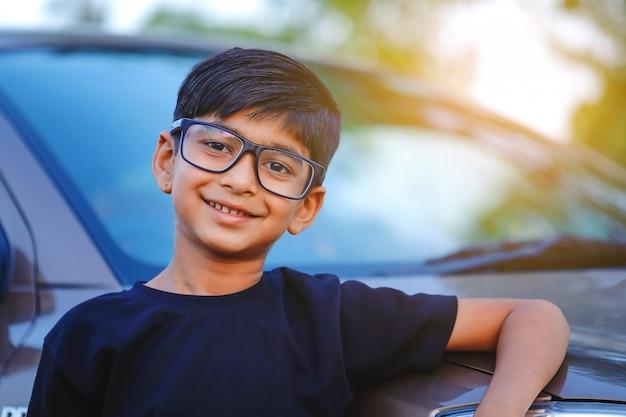 Lindo niño indio con auto