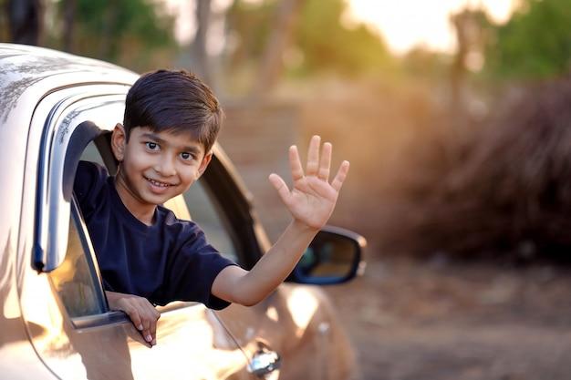 Lindo niño indio en coche