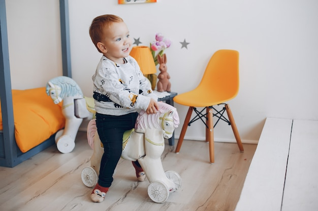 Lindo niño jugando en casa