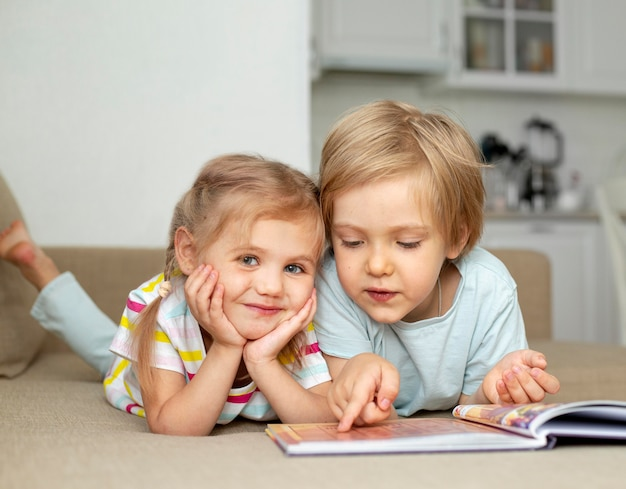 Lindo niño y niña leyendo