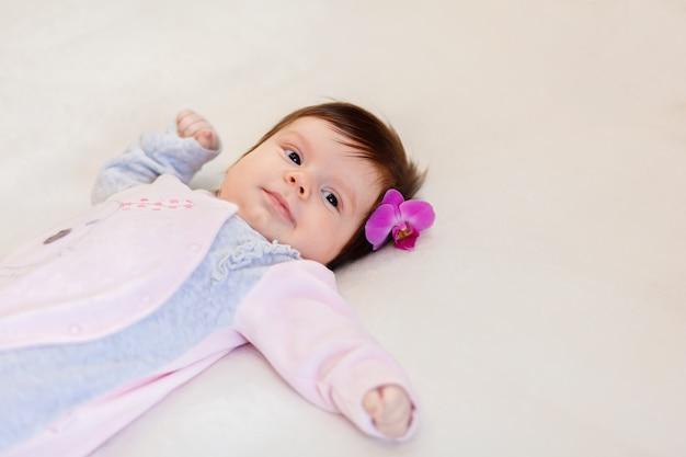 Lindo niño pequeño con flor en el pelo
