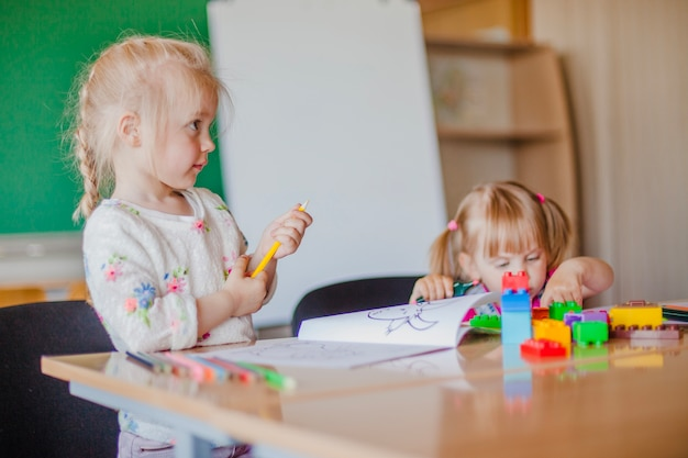 Lindo niños en el jardín de infantes