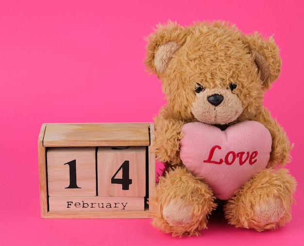 Lindo oso de peluche marrón con un gran corazón rojo