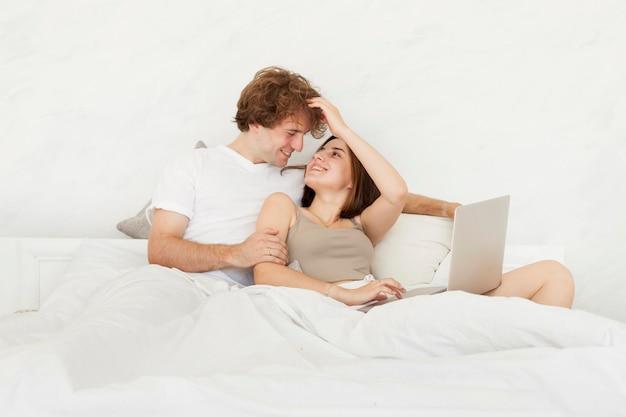 Lindo, pareja, colocar cama
