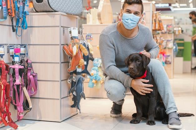 Lindo perro con dueño en la tienda de mascotas