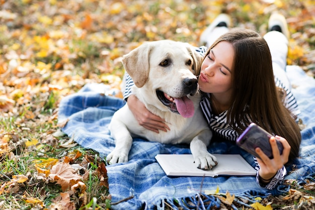 Lindo perro con mujer joven en el parque