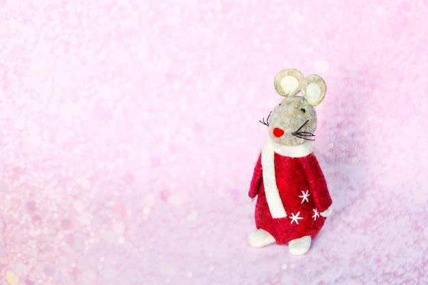 Lindo ratón rata juguete símbolo del año nuevo 2020 sobre fondo borroso de navidad