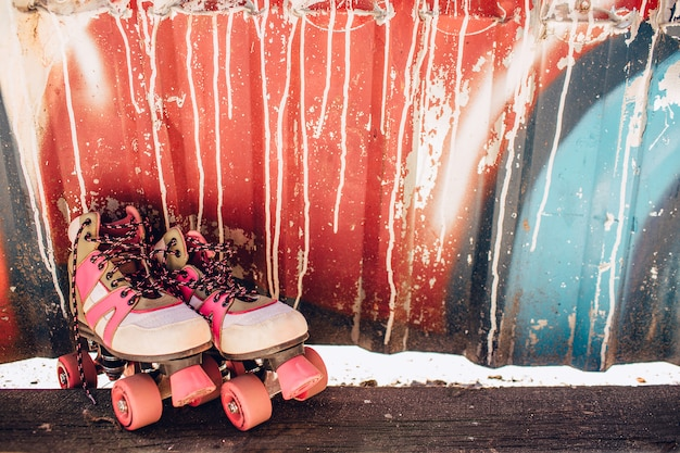 Lindos y agradables rodillos están parados en la colorida pared
