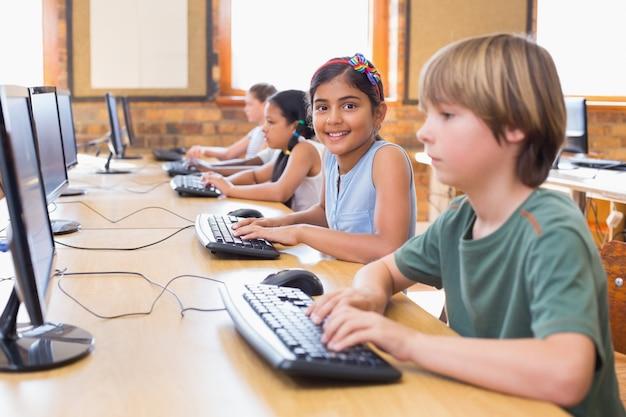 Lindos alumnos en clase de informática