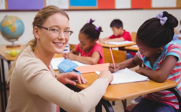 Lindos alumnos escribiendo en el escritorio en el aula