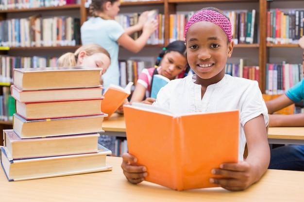 Lindos alumnos leyendo en la biblioteca