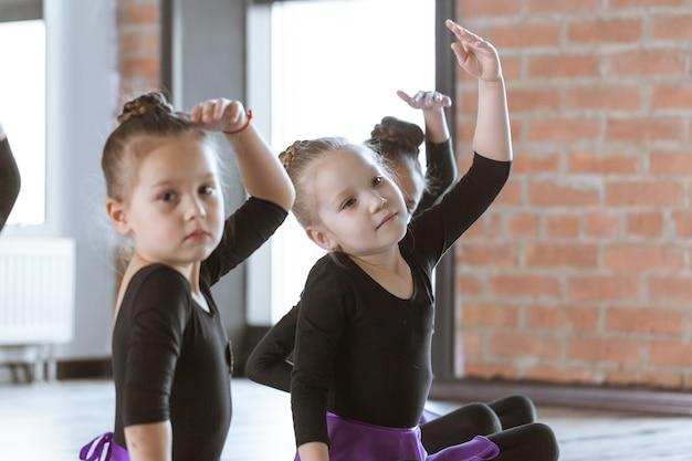 Lindos bailarines de niños pequeños en estudio de danza