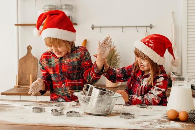 Lindos hermanos haciendo galletas juntos