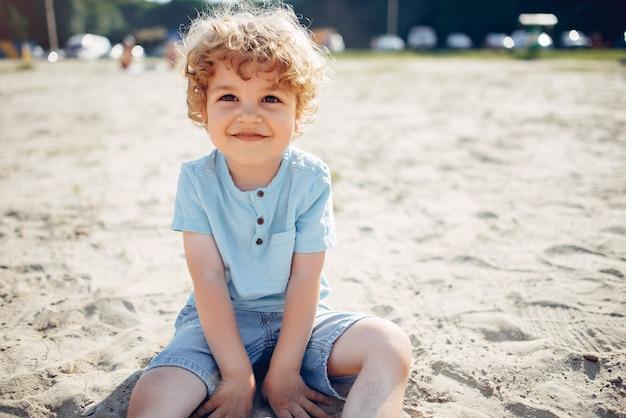 Lindos niños jugando en la arena