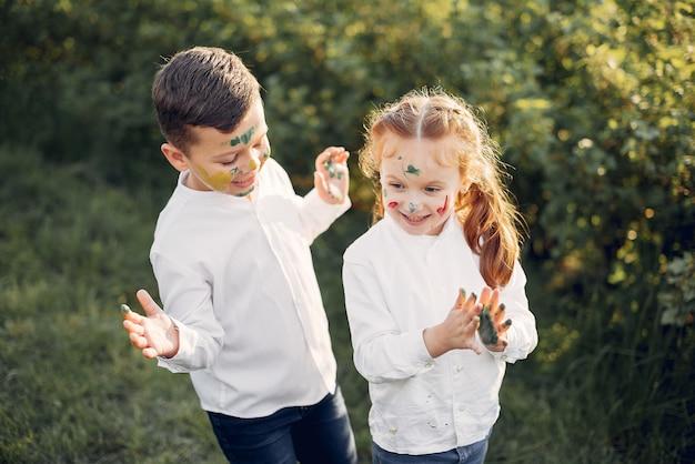 Lindos niños pequeños en un campo de primavera