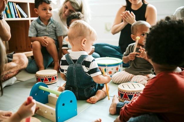 Lindos niños pequeños jugando juntos