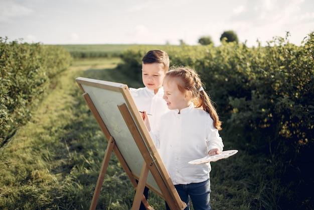 Lindos niños pintando en un parque