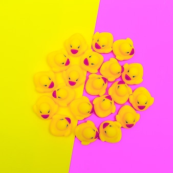 Lindos patitos de goma juguetes. arte minimalista plano