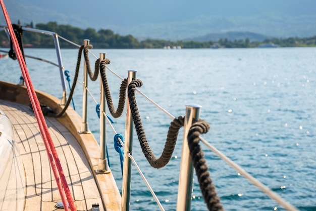 La línea de amarre está enrollada en la barandilla. preparación para la partida al mar abierto.