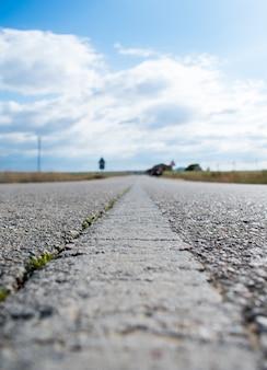 Línea blanca impresa en carretera.