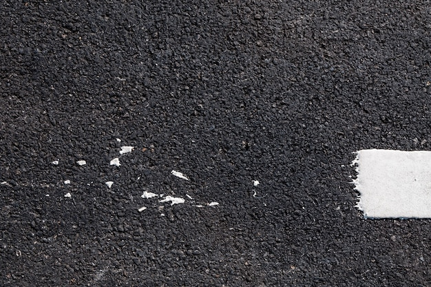 Línea blanca en nuevo detalle de asfalto, calle con textura de línea blanca
