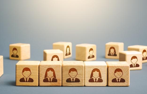 Línea de bloques con empleados. construyendo un equipo empresarial a partir de muchos candidatos.