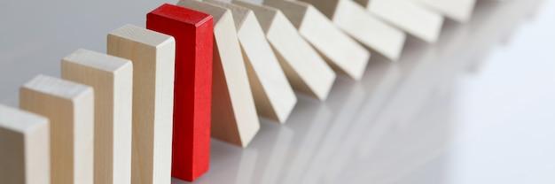 Línea de bloques de madera con bloque rojo