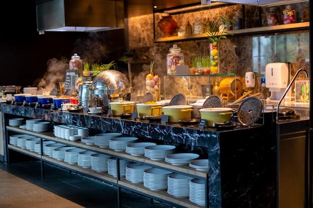Línea buffet para desayuno en hotel de lujo.