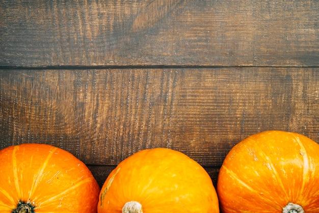 Línea de calabazas naranjas