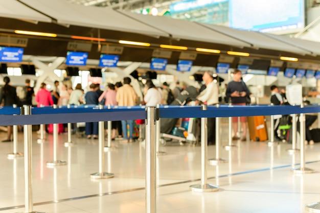 Línea de check-in de pasajeros en el aeropuerto de vacaciones.