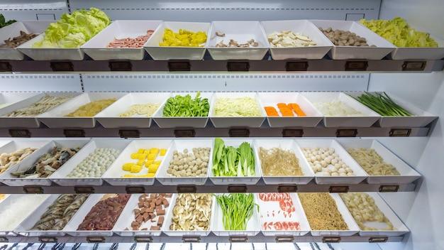 Línea de comida fresca para sukiyaki buffet en refrigerador como pollo