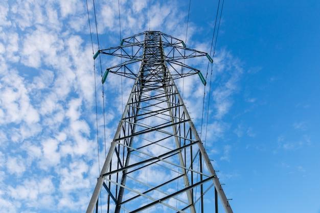 Línea eléctrica de alta tensión en postes metálicos.