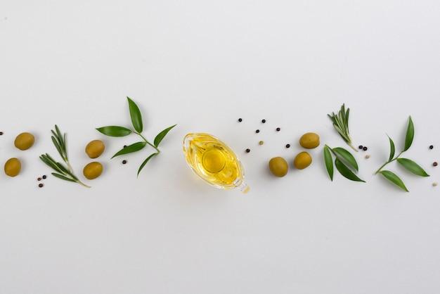 Línea de hojas y aceitunas con copa de aceite.