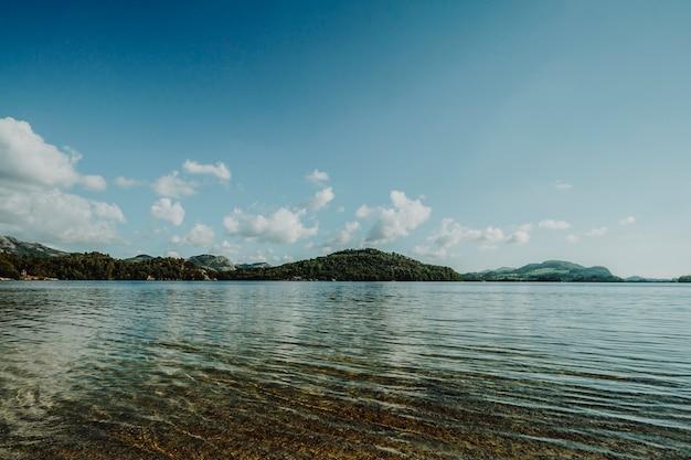 Línea de horizonte de un lago