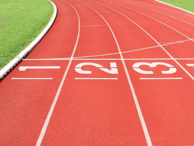 Línea de inicio en la pista de atletismo